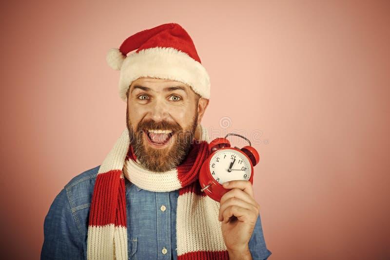 Es ` s Zeit zu feiern Weihnachtshippie in Sankt-Hut, Schallächeln auf rosa Hintergrund stockbild