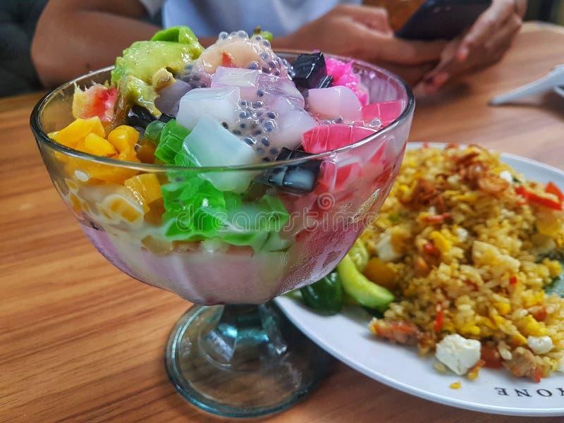 Es teler - домашний фруктовый коктейль из Индонезии Изготавливается из alpukat avocado, kelapa muda Young coconut мяса стоковое фото rf