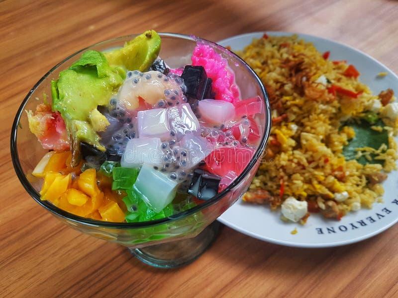Es teler - koktajl z mrożonych owoców domowej roboty z Indonezji Zrobione z alpukat avocado, kelapa muda, młodego mięsa kokosa fotografia stock