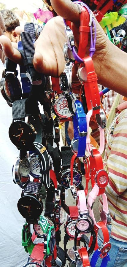 Es una imagen de un reloj en Kumbh Mela de Allahabad en India fotografía de archivo