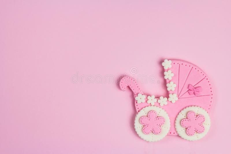 Es una tarjeta del rosa de la muchacha Fondo recién nacido Invitación de la fiesta de bienvenida al bebé Aviso del nacimiento End fotos de archivo