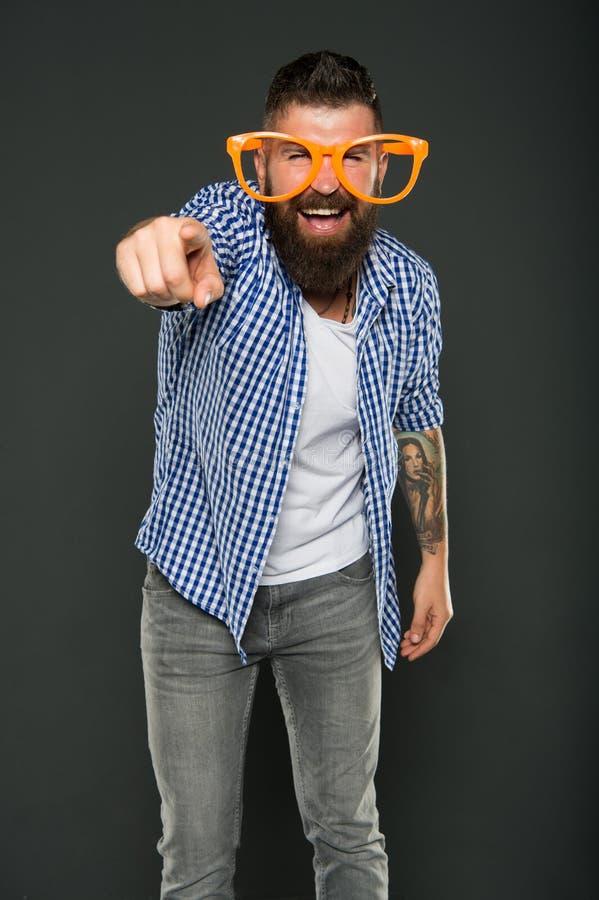 Es usted que va al partido Hombre de partido que señala el finger en fondo gris Vidrios del partido del hombre que llevan barbudo fotografía de archivo libre de regalías
