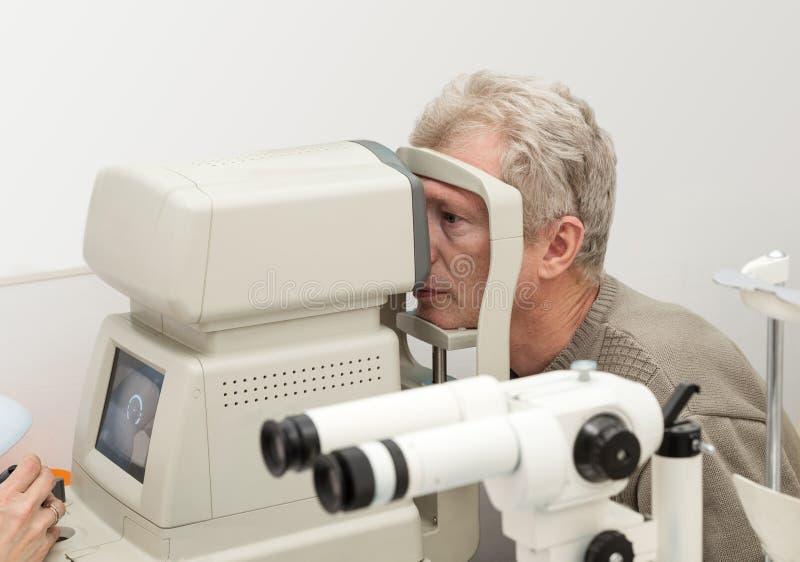 Esame degli occhi su attrezzatura diagnostica fotografia stock libera da diritti