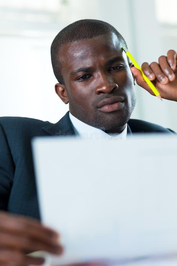 esame dei documenti dell'uomo d'affari immagine stock libera da diritti