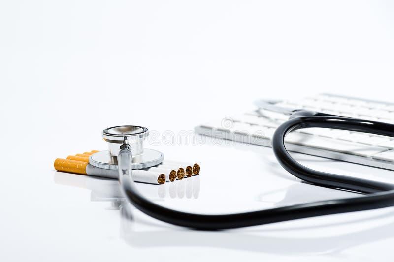 Esame dei pericoli delle sigarette di fumo fotografie stock