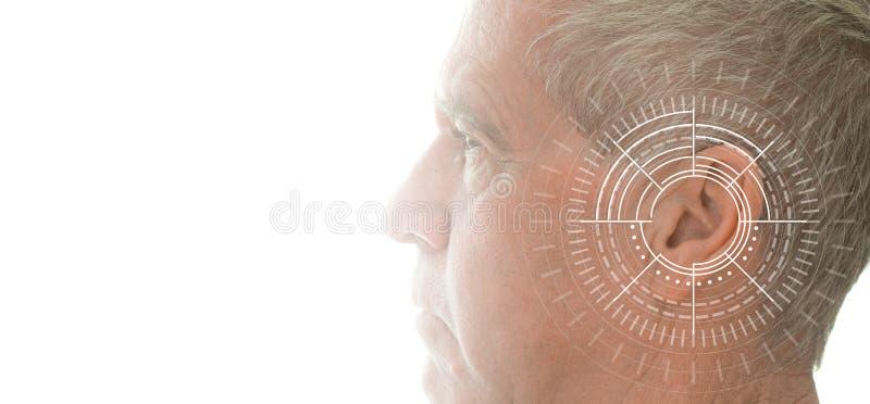 Esame di udienza che prova orecchio dell'uomo senior con tecnologia di simulazione delle onde sonore fotografia stock
