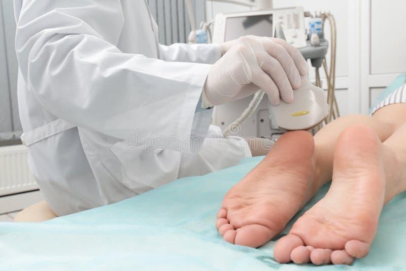 Esame ecografico di conduzione di medico del piede del paziente in clinica fotografia stock libera da diritti