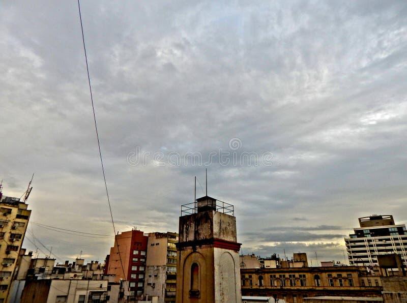 Esame il cielo e di vecchia città di Buenos Aires, l'Argentina fotografia stock libera da diritti