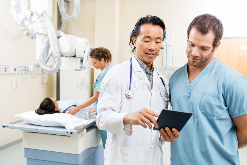 Esame medico di Team With Digital Tablet In immagine stock
