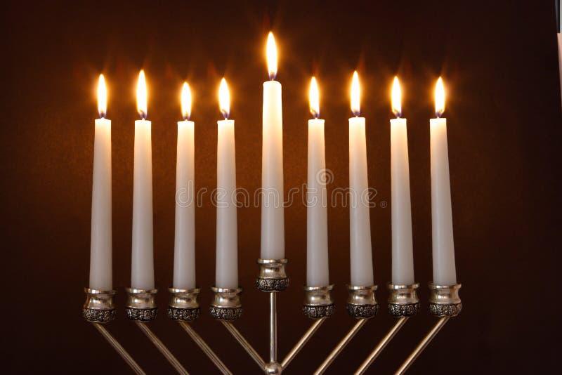 esamina in controluce il menorah di hanukkah fotografia stock