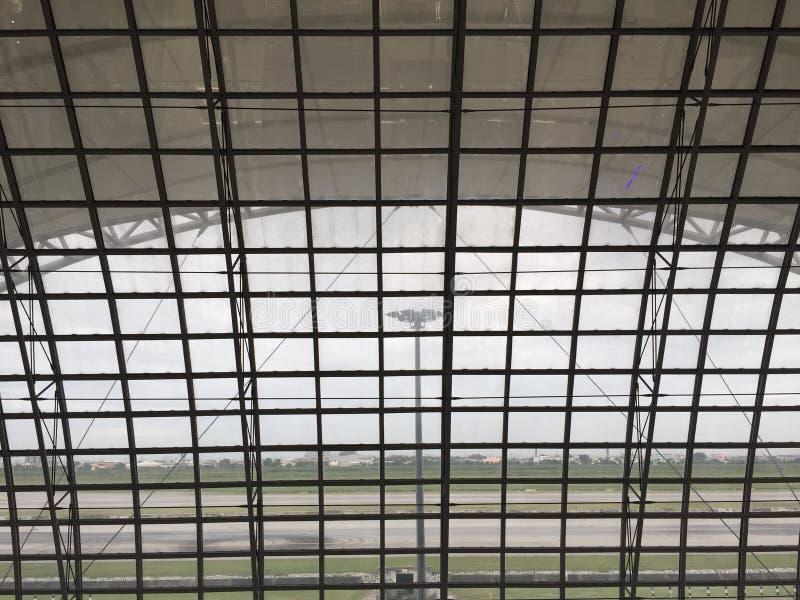 Esaminando attraverso la finestra l'aeroporto immagine stock