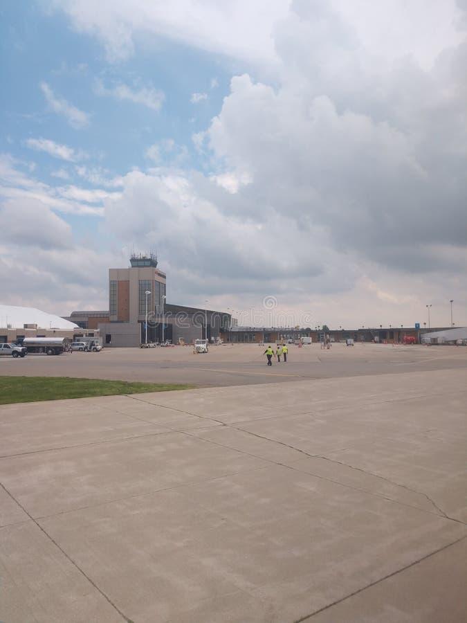 Esaminando da un piccolo aereo l'aeroporto fotografia stock