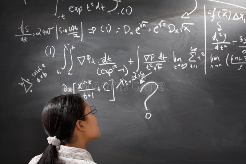 Esaminando equazione complessa difficile fotografia stock libera da diritti