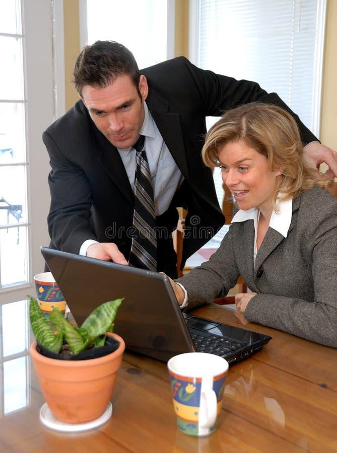 Esaminando il computer portatile fotografia stock libera da diritti