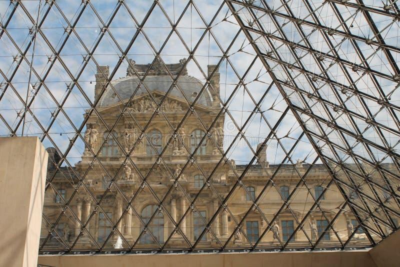 Esaminando il Louvre dall'interno della piramide di vetro fotografia stock libera da diritti
