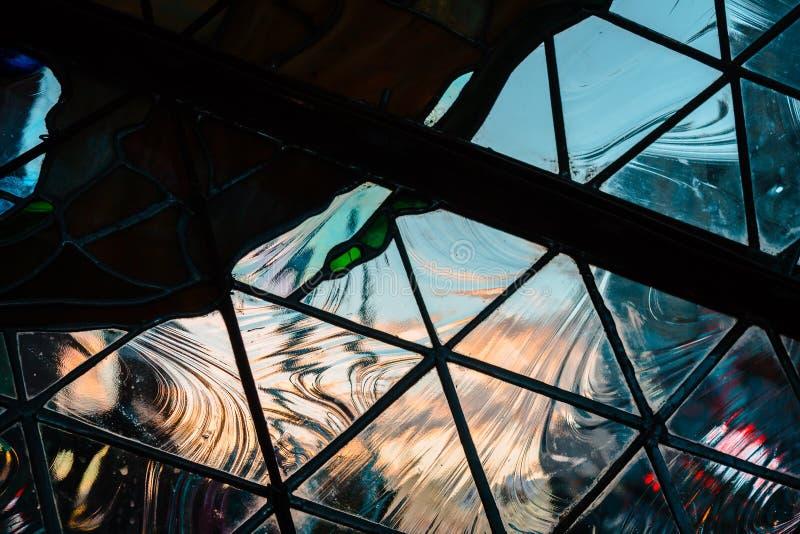 Esaminando il tramonto a Grand Rapids Michigan attraverso vetro geometrico immagine stock libera da diritti