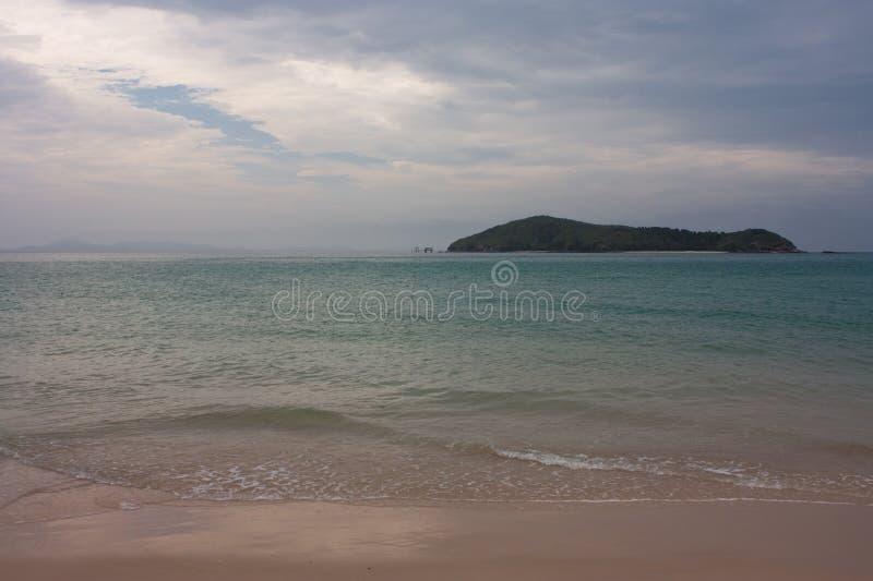 Esaminando l'isola media di Keppel dalla grande spiaggia dell'isola di Keppel nel tropico di area di capricorno nel Queensland ce immagine stock libera da diritti