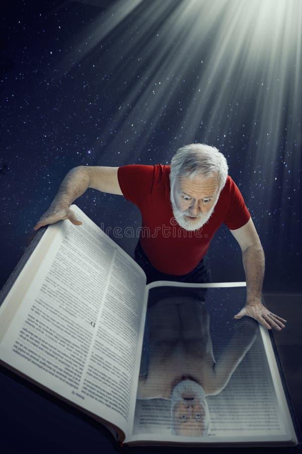 Esaminando la bibbia santa, vi vedete mentre realmente siete immagine stock