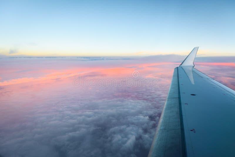 Esaminando la finestra degli aerei della depressione l'aeroplano traversi immagini stock