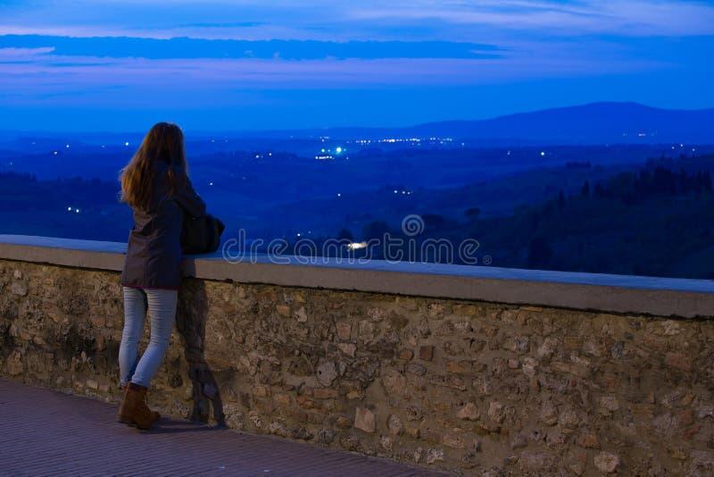 Esaminando la valle di notte fotografie stock libere da diritti