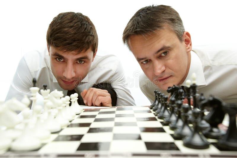 Esaminando le figure di scacchi immagini stock