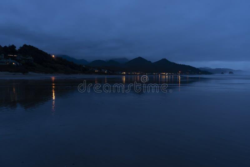 Esaminando Tolovana dalla roccia del mucchio di fieno al tramonto ed alla bassa marea fotografia stock