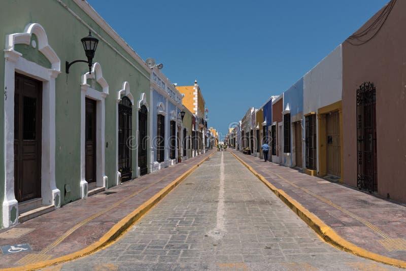 Esaminare una via coloniale nel centro storico di campeche, il Messico 2 fotografia stock libera da diritti