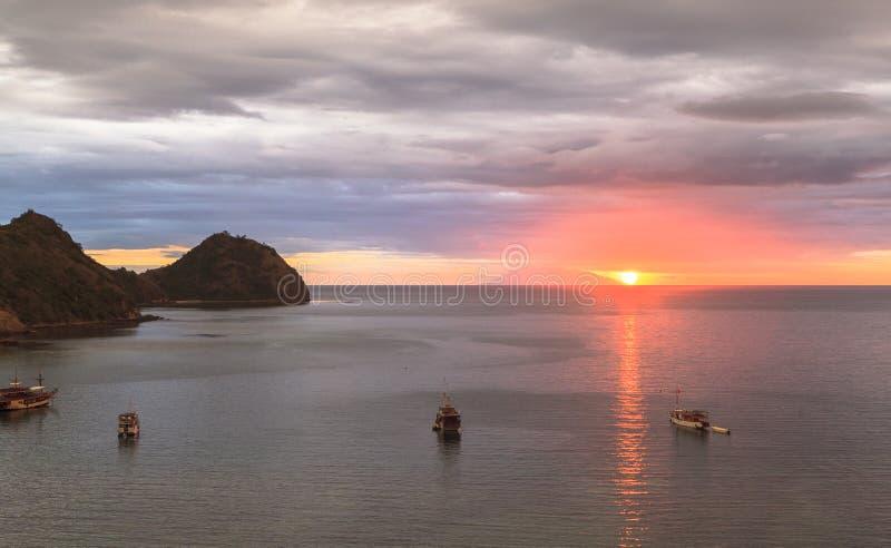 Esamini il tramonto dal paradiso Antivari, Labuan Bajo, Indonesia fotografie stock libere da diritti