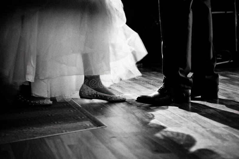 Esamini le scarpe dal ballo di nozze immagini stock