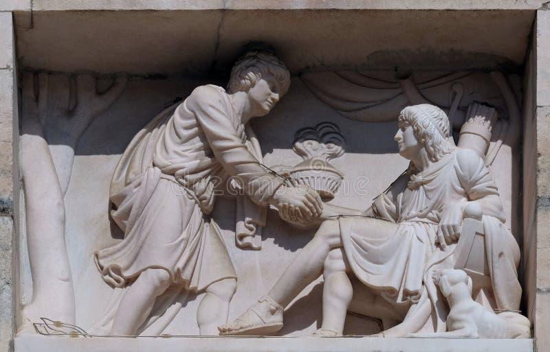Esau que vende su derecho por nacimiento a Jacob, alivio de mármol en la fachada de Milan Cathedral fotos de archivo libres de regalías