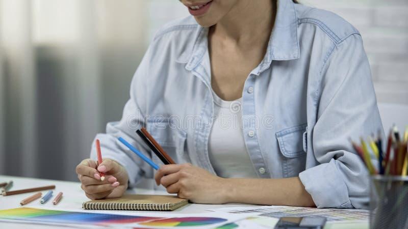 Esboço asiático da roupa, funcionamento como o freelancer, forma do desenho da mulher do desenhista fotografia de stock royalty free