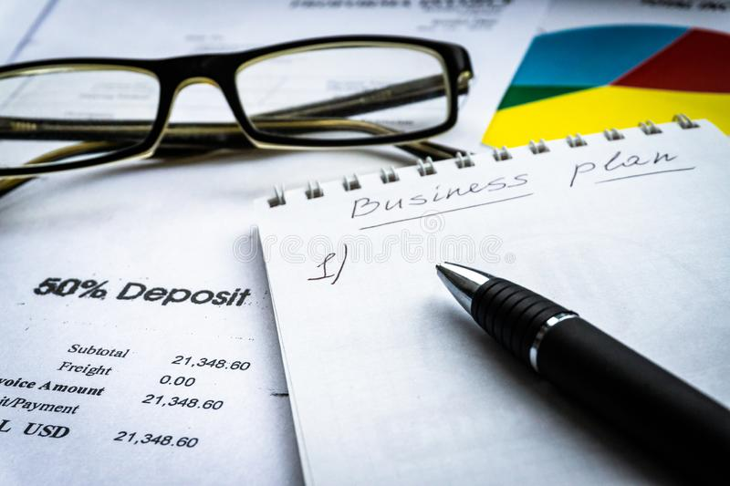 Esboço da ideia do plano de negócios com documento da carta de barra Conceito do planeamento empresarial foto de stock
