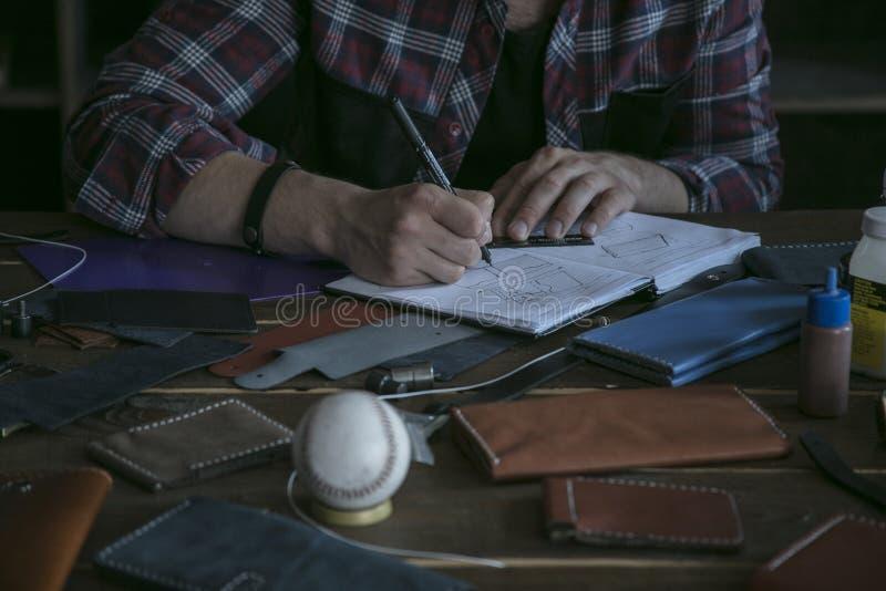 Esboço de couro do desenho do trabalhador do homem da bolsa Projeto da carteira do couro da forma imagens de stock