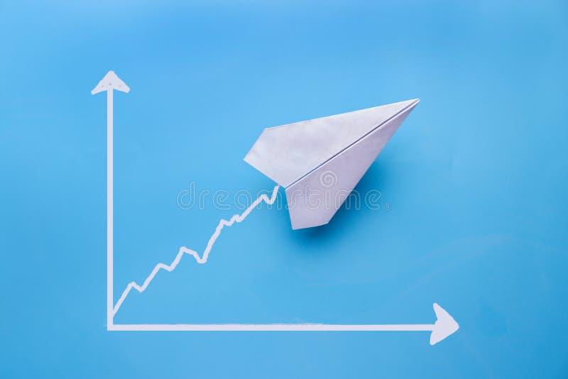 esboço do gráfico e um plano de papel nele foto de stock royalty free