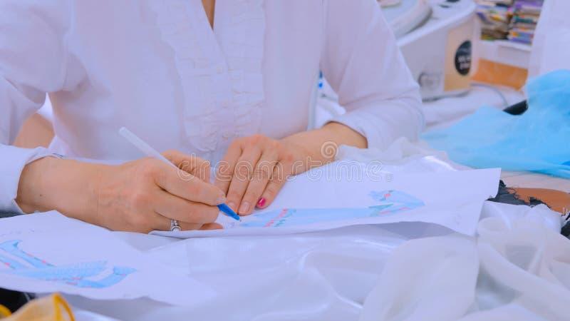 Esboço do projeto do desenho do desenhador de moda imagens de stock