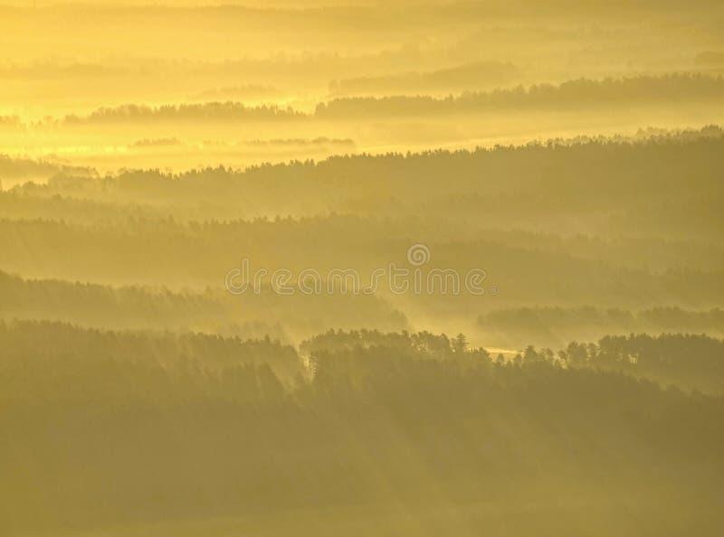 Esboços macios dos montes escondidos na névoa grossa, paisagem real vista obscura fotografia de stock royalty free
