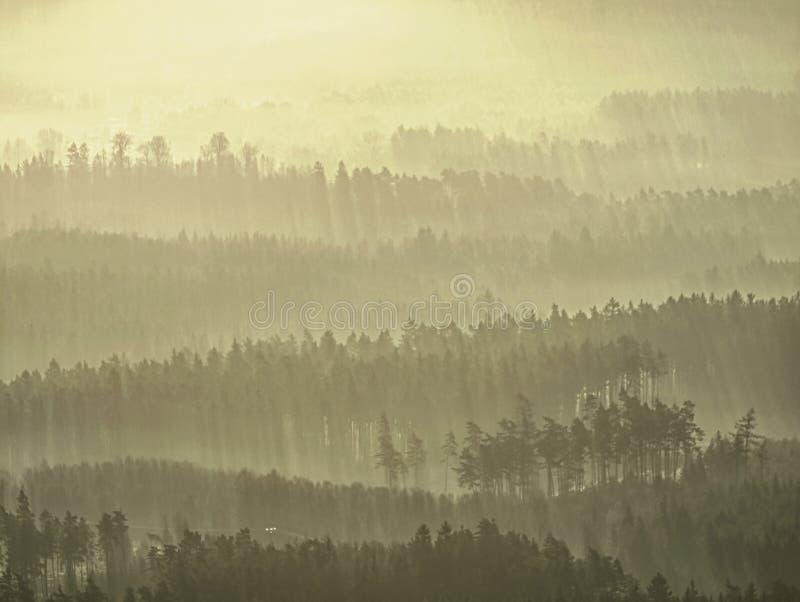 Esboços macios dos montes escondidos na névoa grossa, paisagem real vista obscura imagens de stock