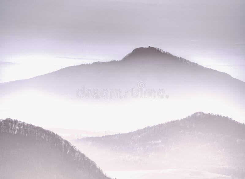 Esboços macios dos montes na névoa e das vilas na paisagem da queda foto de stock royalty free