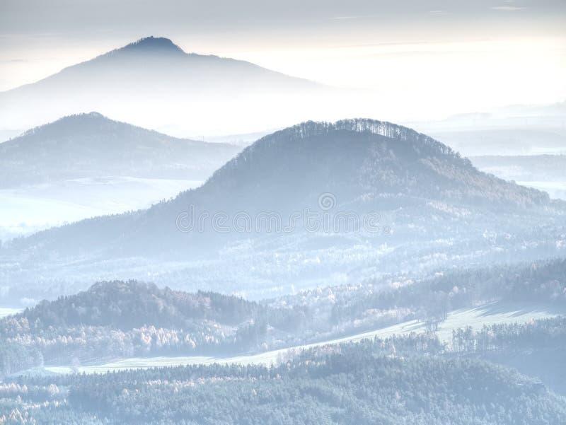 Esboços macios dos montes na névoa e das vilas na paisagem da queda fotos de stock