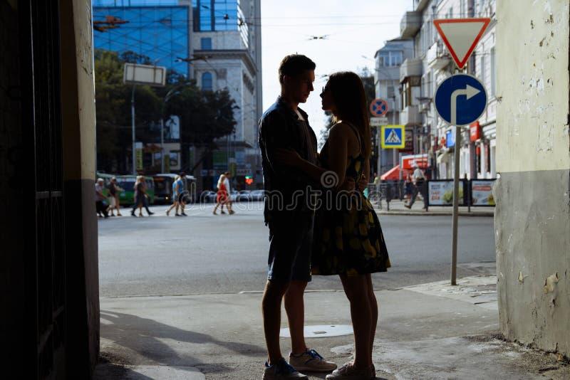 Esboços pretos de um par espião em pares felizes, amando, família aperto e riso menina do verão em um vestido uma data na cidade imagens de stock