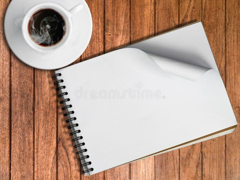 Esboce O Livro E O Copo Branco Do Café Quente Foto de Stock