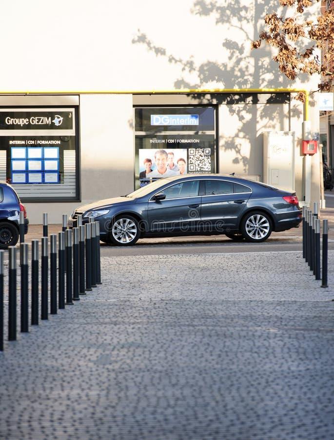 Escândalo das emissões de Volkswagen - Volkswagen Passat estacionou na cidade fotos de stock royalty free