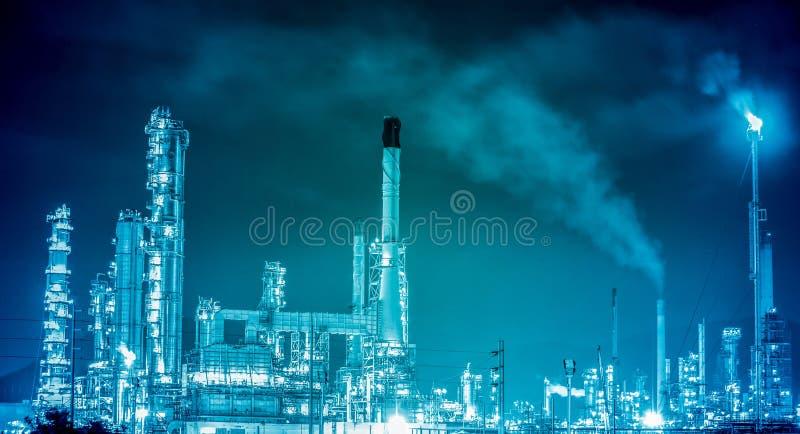 Planta petroquímica de la refinería de petróleo fotos de archivo