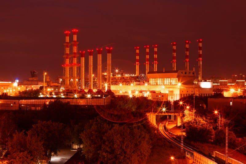 Escénico de la planta petroquímica de la refinería de petróleo brilla en la noche foto de archivo