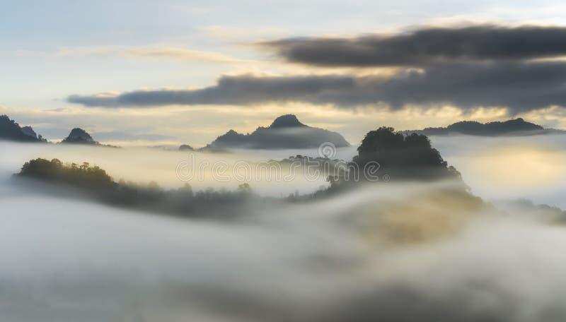 Escénico hermoso de niebla por mañana con salida del sol encima de la montaña a imagen de archivo