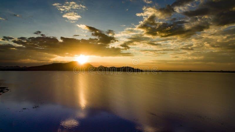 Escénico hermoso del cielo determinado del sol en el lago del depósito del bangpra en cho imagen de archivo