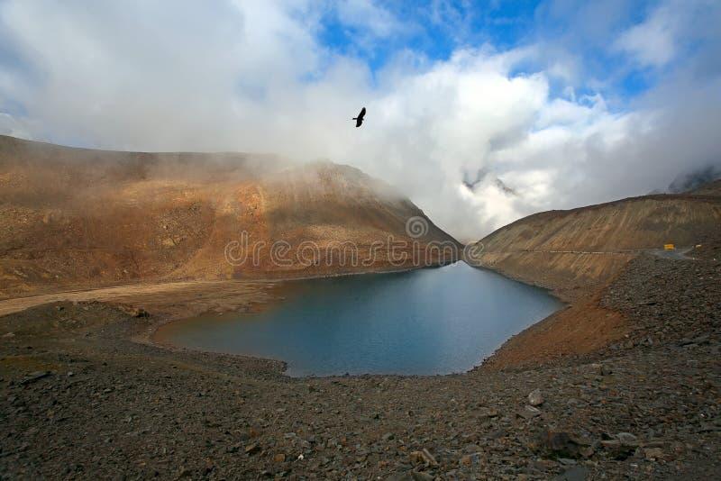 Escénico Himalayan con el lago fotos de archivo