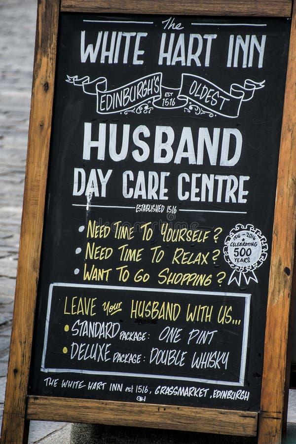 Escócia Reino Unido Edimburgo 14 0 5 2016 - Centro de centro de dia branco do marido do sinal da pensão do cervo fotos de stock royalty free