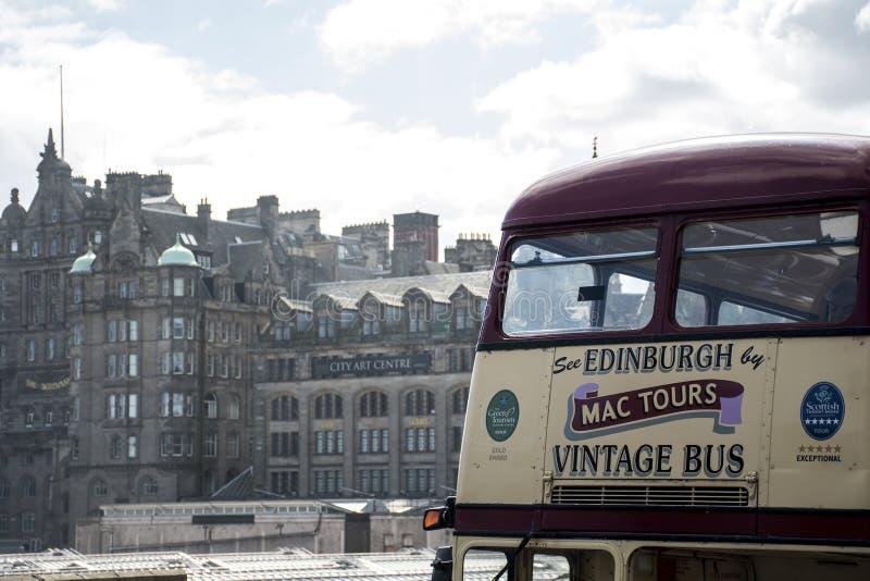 Escócia Reino Unido Edimburgo 14 0 5 2016 - Mac Tours Vintage City Bus que Sightseeing imagens de stock royalty free