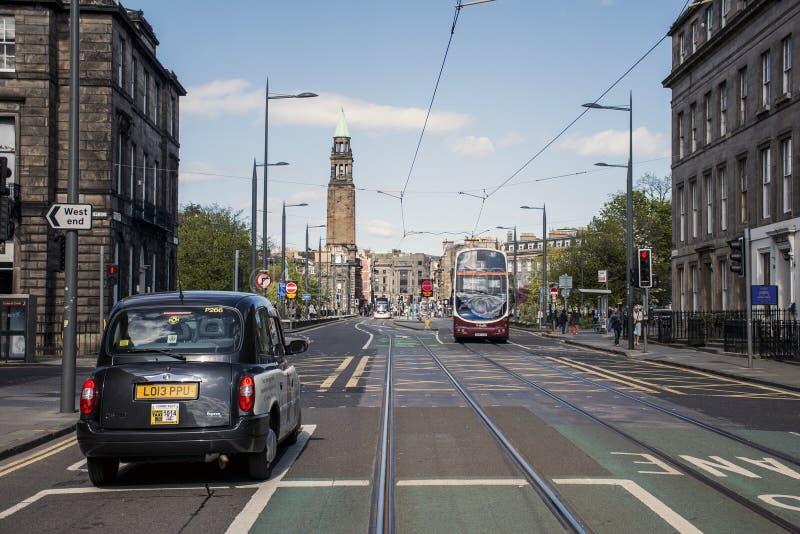 Escócia Reino Unido Edimburgo 14 05 2016 - Negócio do dia a dia e do táxi nas ruas imagem de stock